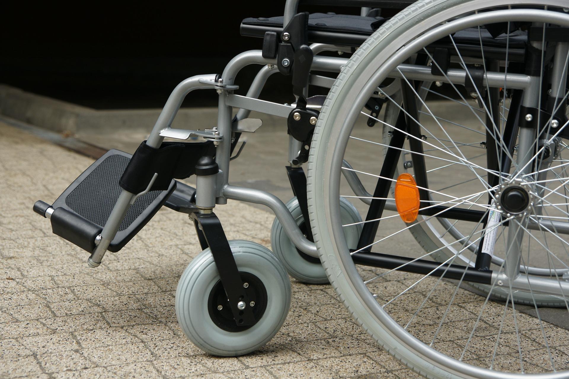 Rollstuhl vor einem Gebäude