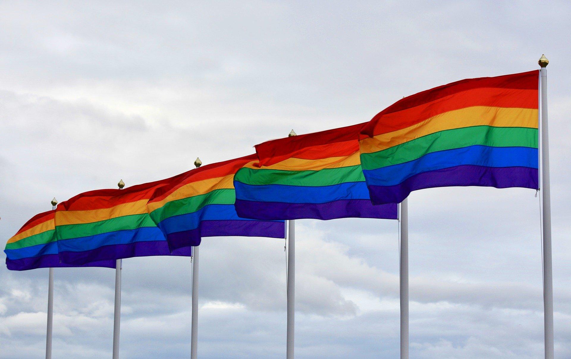 Zur EURO 2020 protestierten zahlreiche Menschen mit Regenbogenfahnen gegen Homophobie & Rassismus
